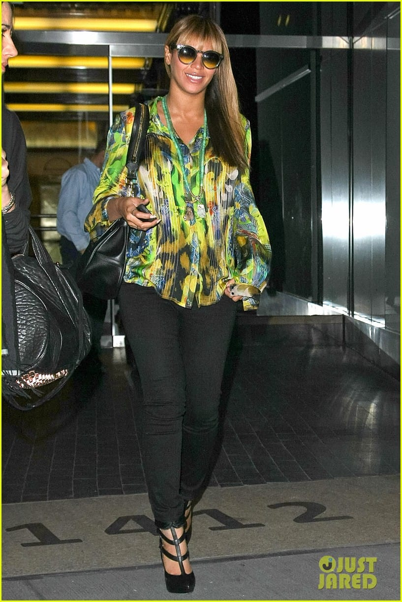 Pregnant Beyonce Knowles All Smiles in Bright Yellow & Green Outfit