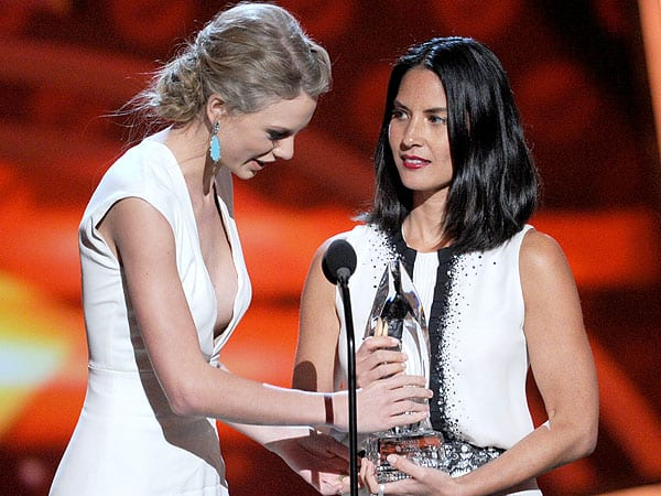 Taylor Swift & Olivia Munn at People's Choice Awards 2013, photo via People.com