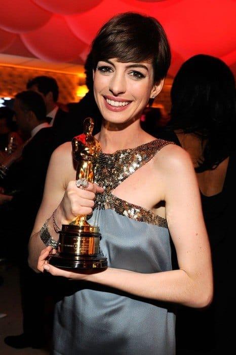 Anne-Hathaway-vanity-fair-oscar-party-2013