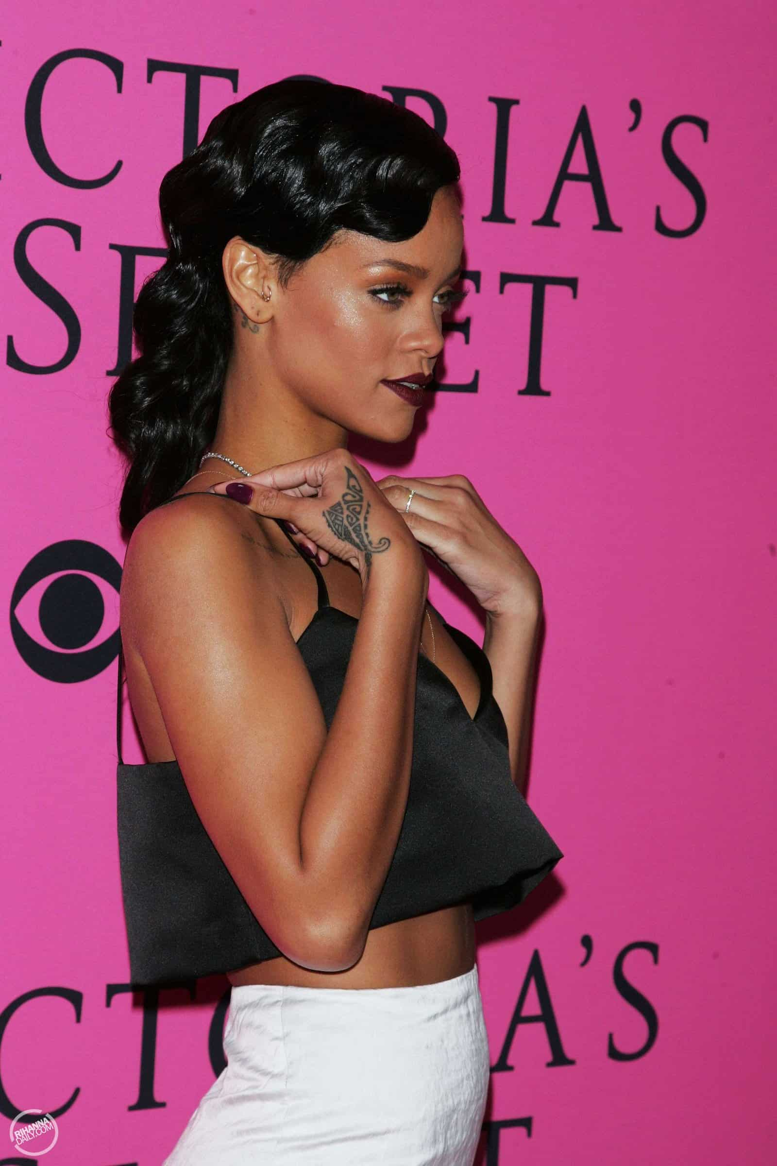 rihanna-cropped-top