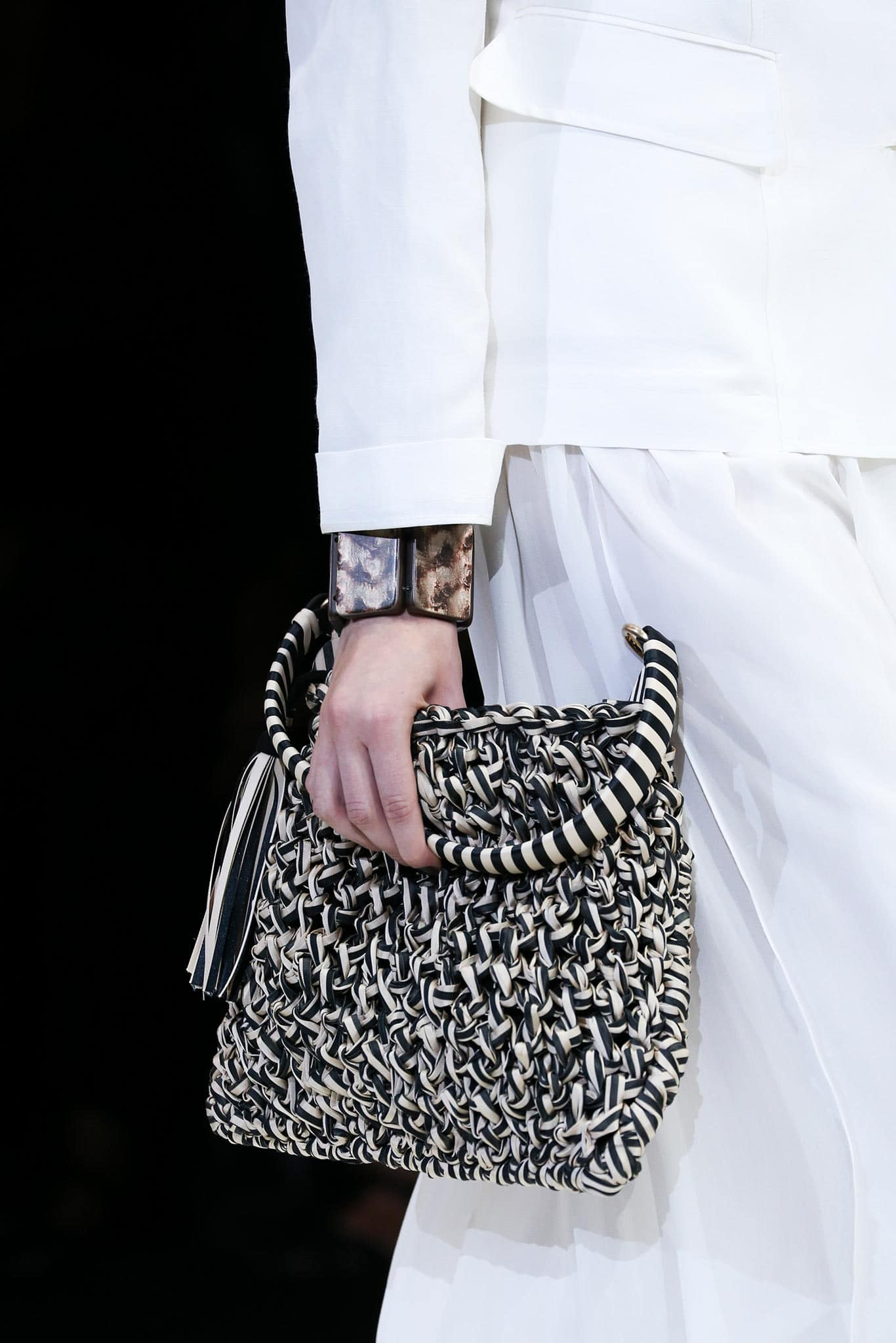 armani-bags-trend-2015-how-to-carry-them