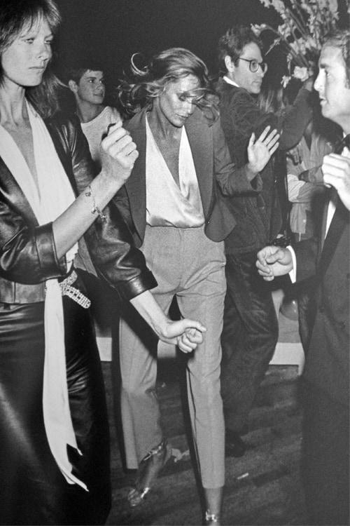 plunging-necklines-looks-70s