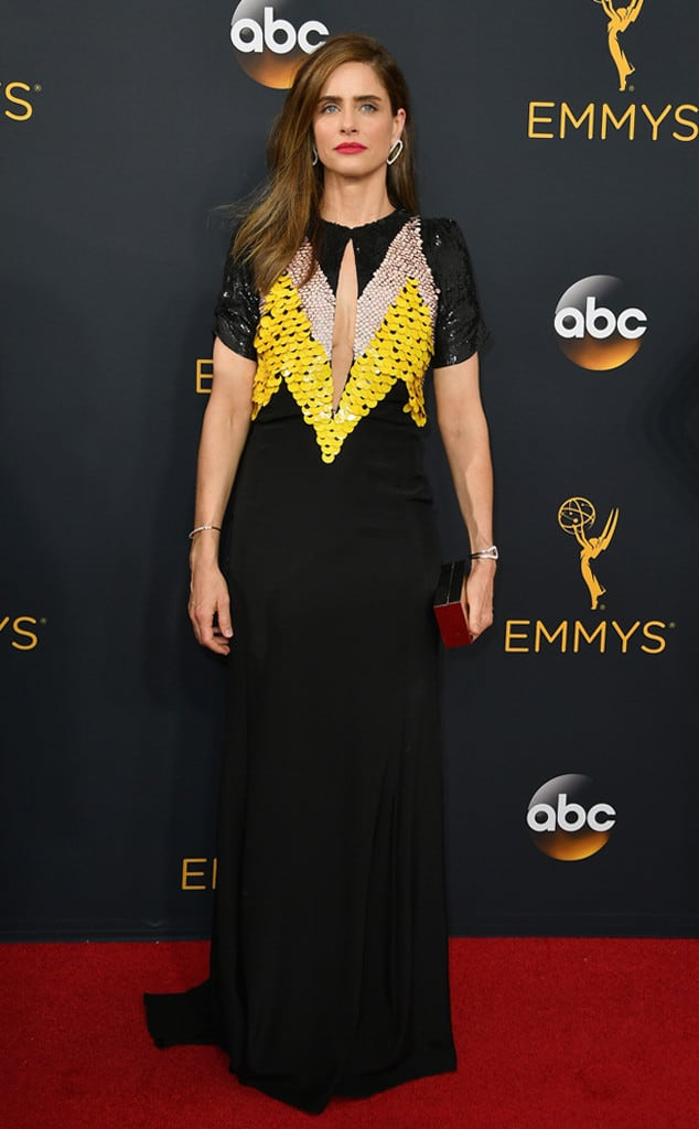 emmys-red-carpet-2016-red-carpet-amanda-peet-emmy-awards-2016