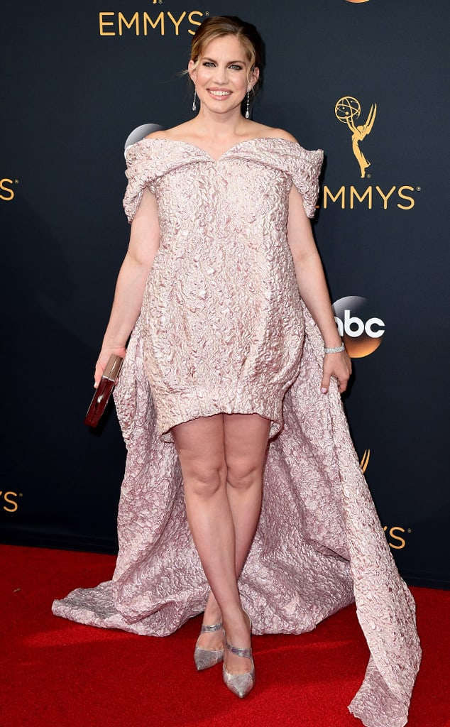 emmys-red-carpet-2016-red-carpet-anna-chlumsky-emmy-awards-2016