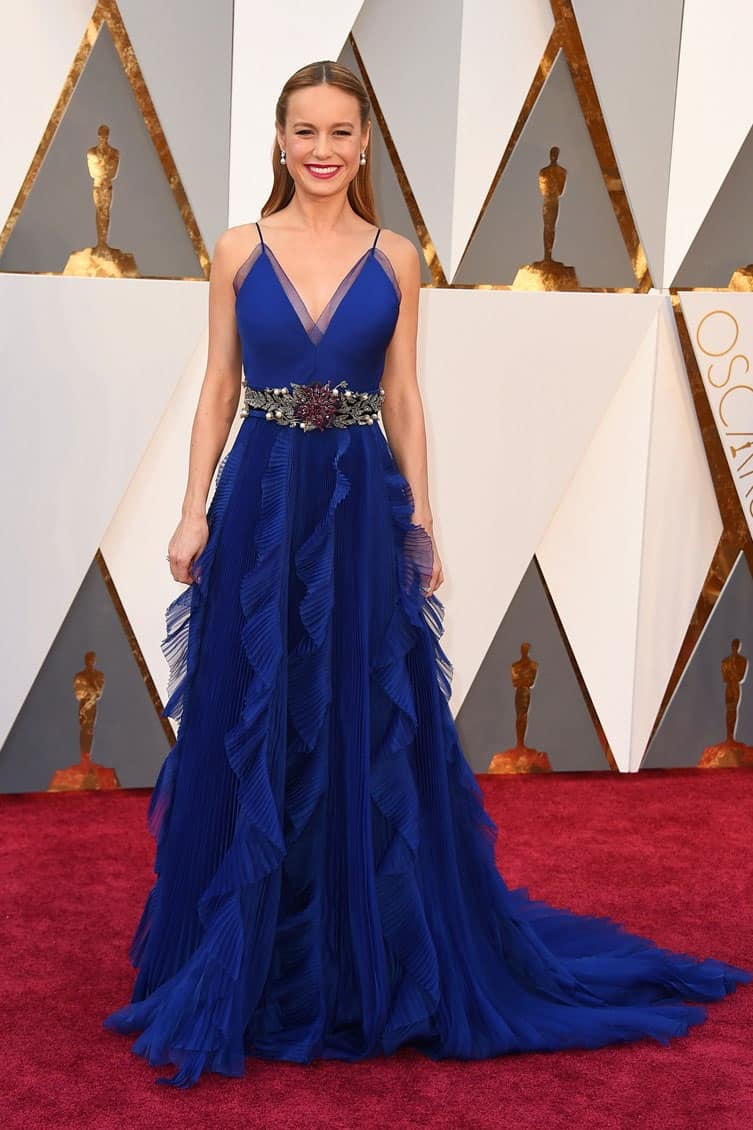brie-larson-ruffled-blue-v-neck-oscars-2016-red-carpet-evening-prom-dress-1
