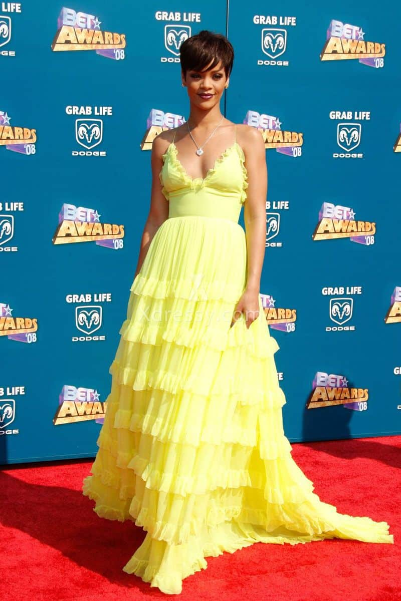 rihanna-tiered-yellow-chiffon-v-neck-pageant-prom-dress-bet-awards-2008-1